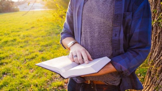 大学生は本を読みまくるべし!読みまくる方法を2個、読むべき本を5冊紹介!